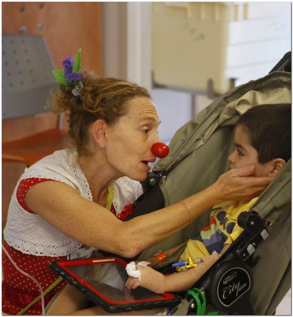 ליצנית רפואית עם ילד