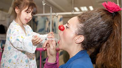 ליצנית עם ילדה שעוברת ניתוח